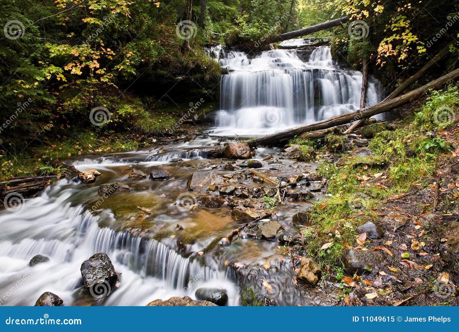 Wasserfall In Der Michigan?s Oberleder-Halbinsel Stockbild - Bild ...