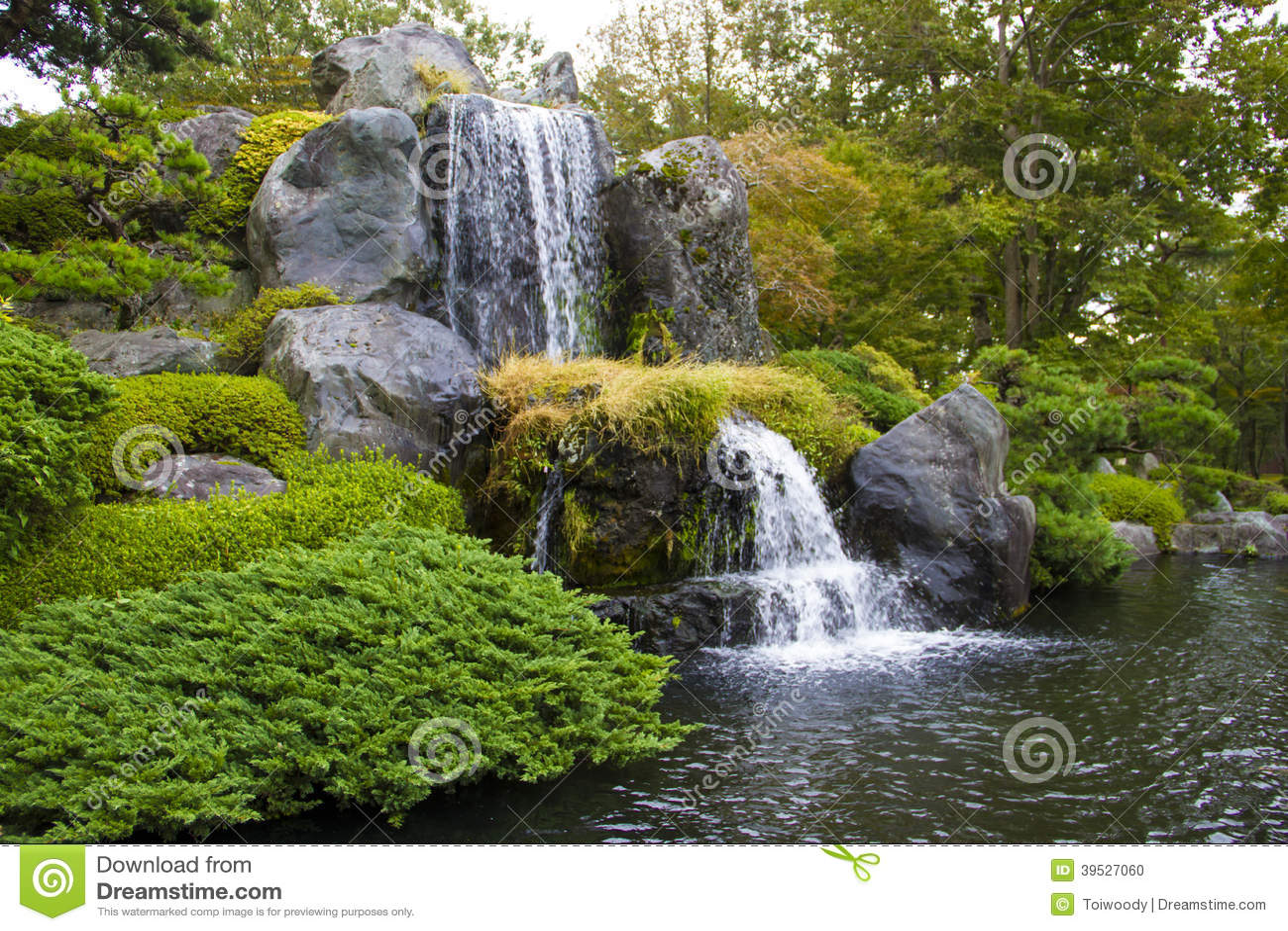 Wasserfall In Garten