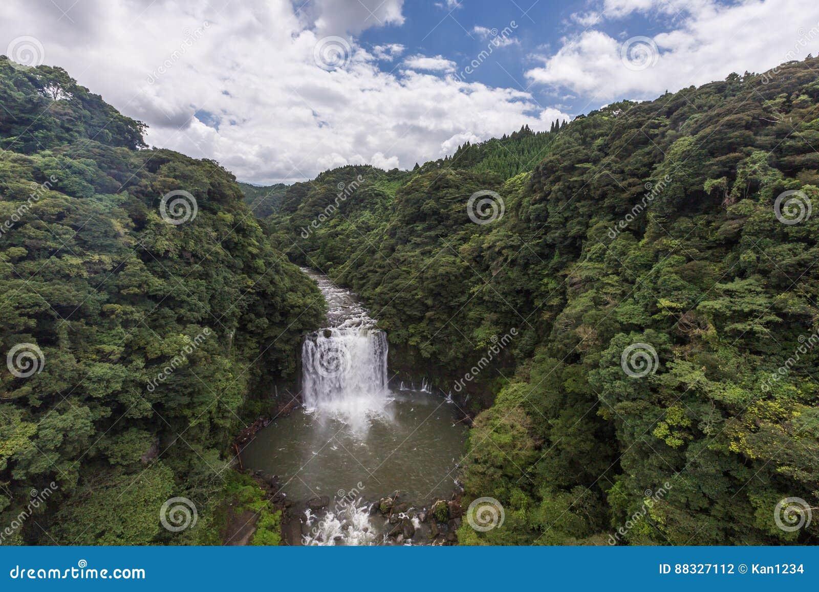 Wasserfall Kamikawa Otaki und grüner Wald in Kagoshima, Kyushu,