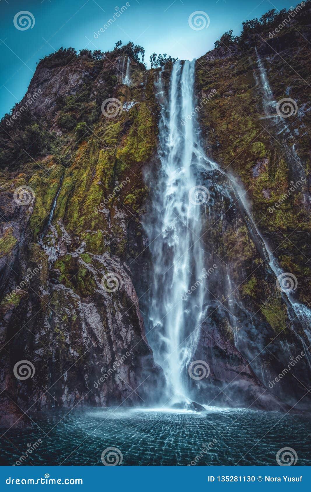 Wasserfall in Milford Sound vom niedrigen Winkel