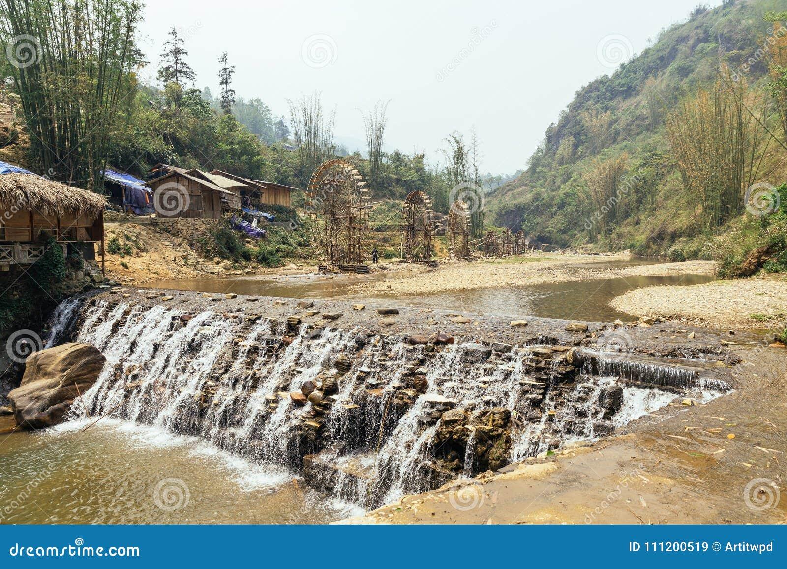 Wasserfall Mit Den Durchdachten Wasserradern Hergestellt Vom Bambus