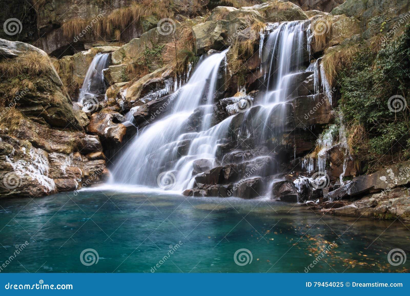 Wasserfall Am Winter, Eiszapfen Mit Tiefem Pool
