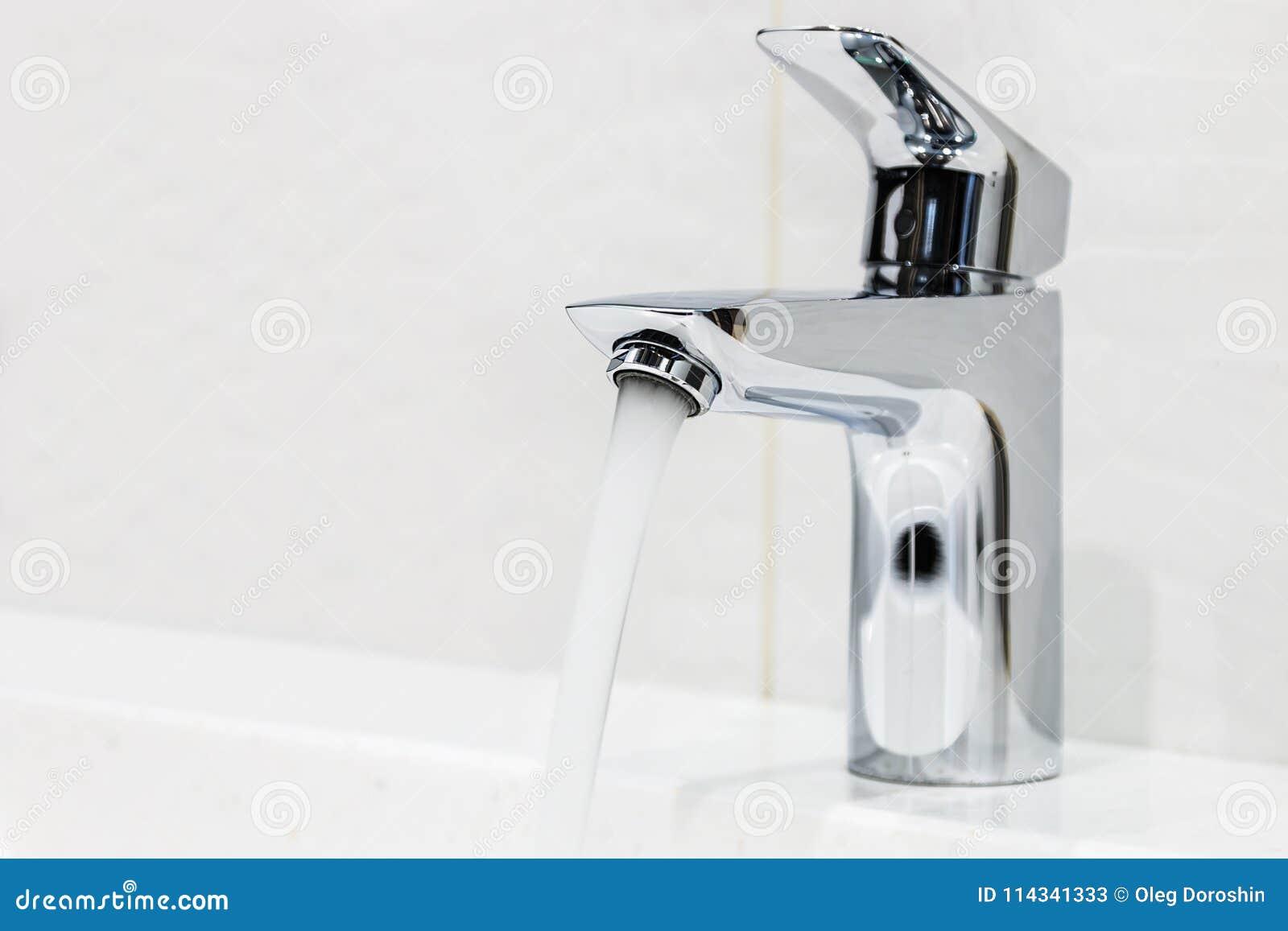 Wasserhahn Im Badezimmer Oder In Der Toilette Stockbild - Bild von ...