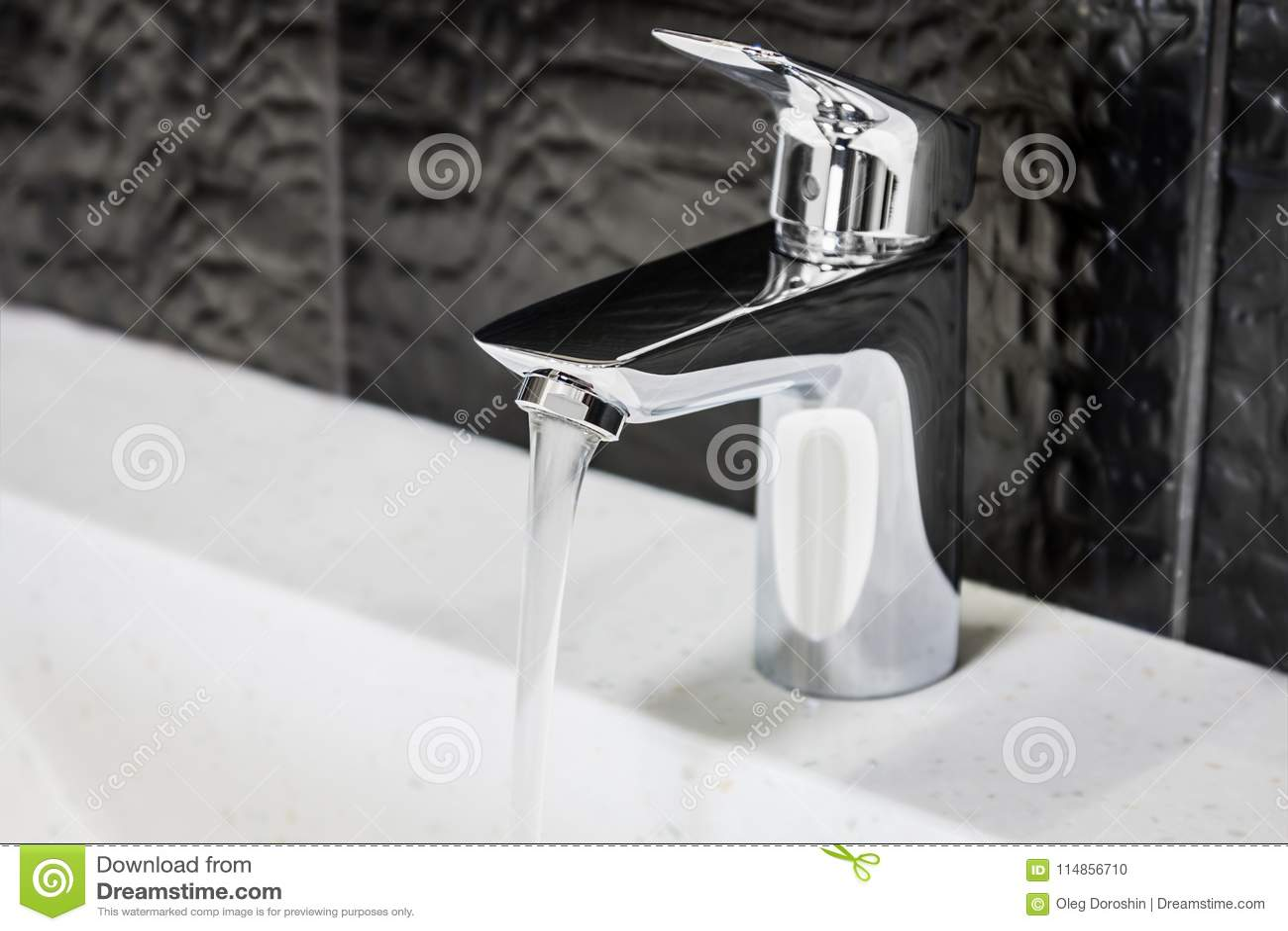 Wasserhahn Im Badezimmer Oder In Der Toilette Stockfoto - Bild von ...