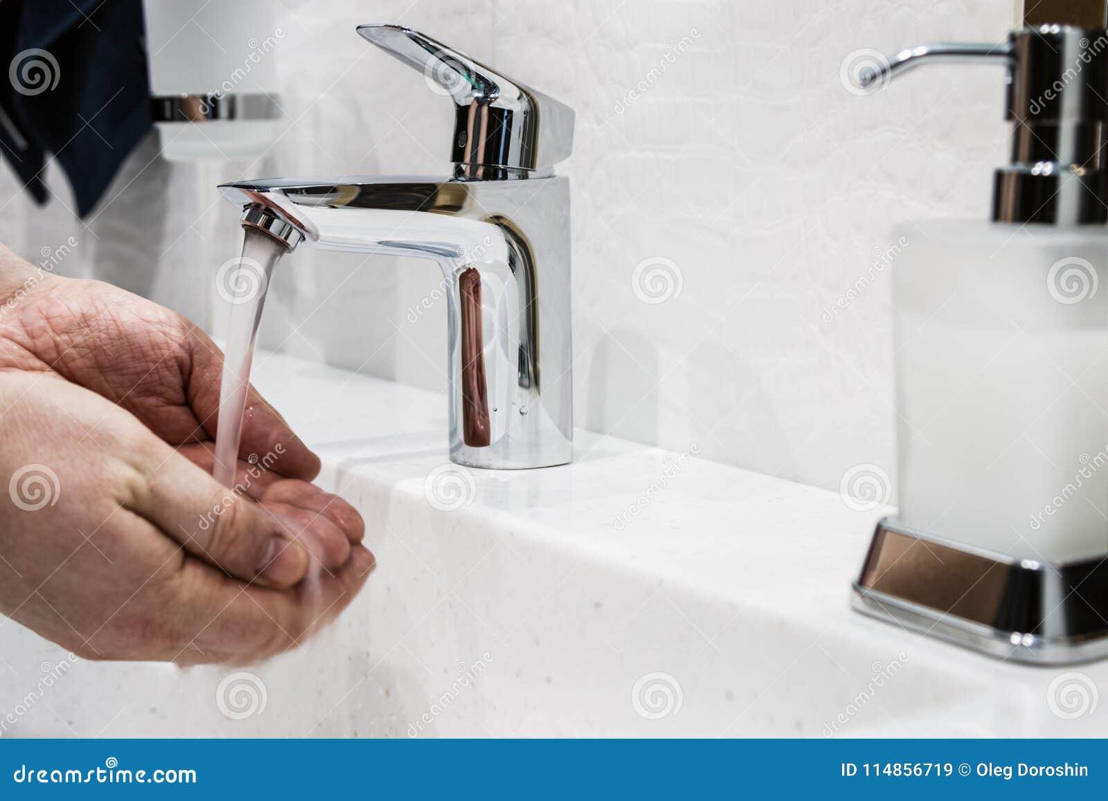 wasserhahn im badezimmer oder in der toilette stockbild - bild von