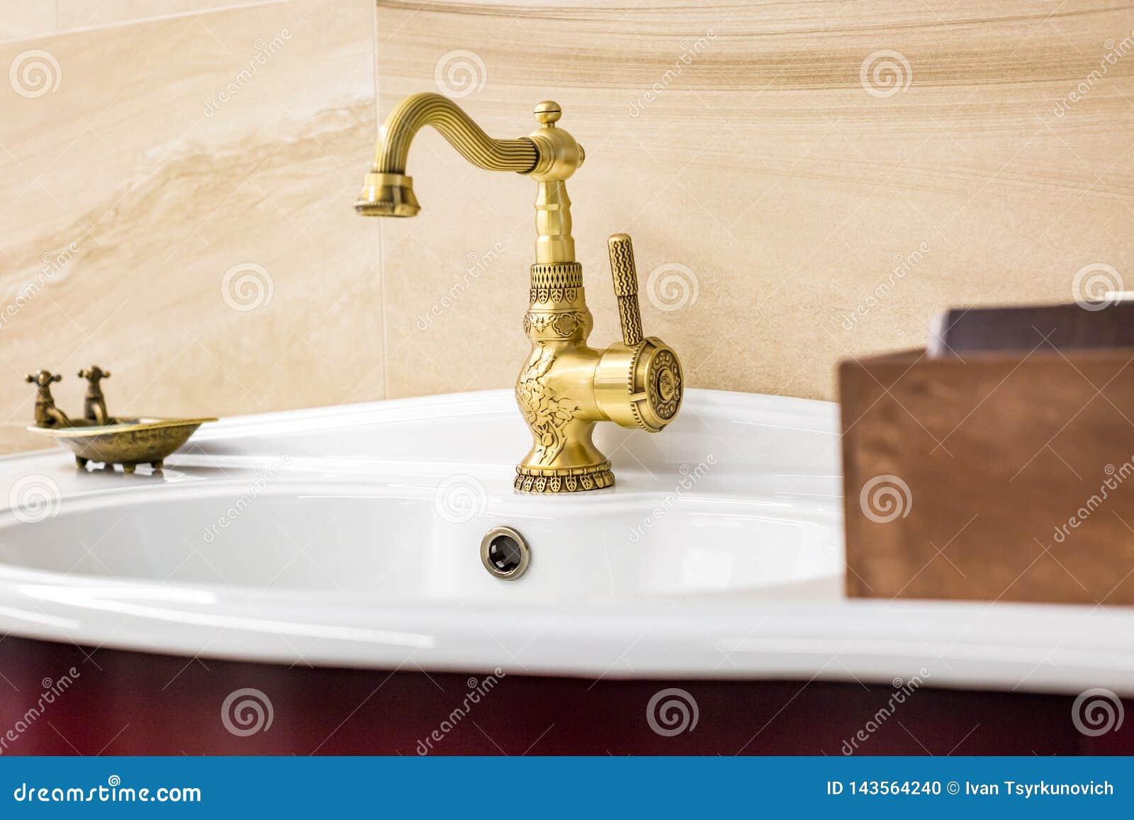 Wasserhahnwanne mit Hahn in der chinesischen Art der Weinlese im teuren Dachbodenbadezimmer