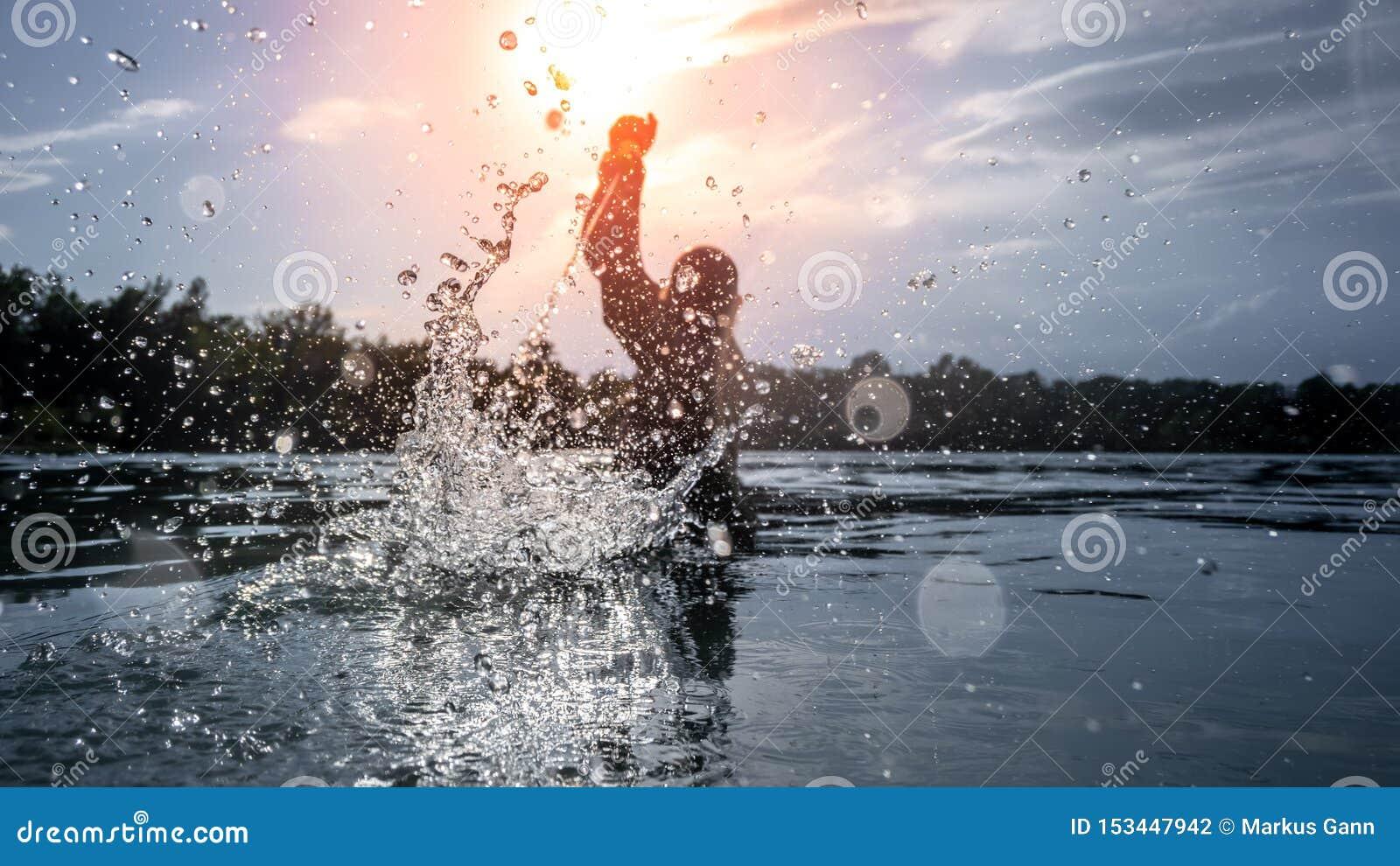 Wasserkampf am Sonnenuntergangsee