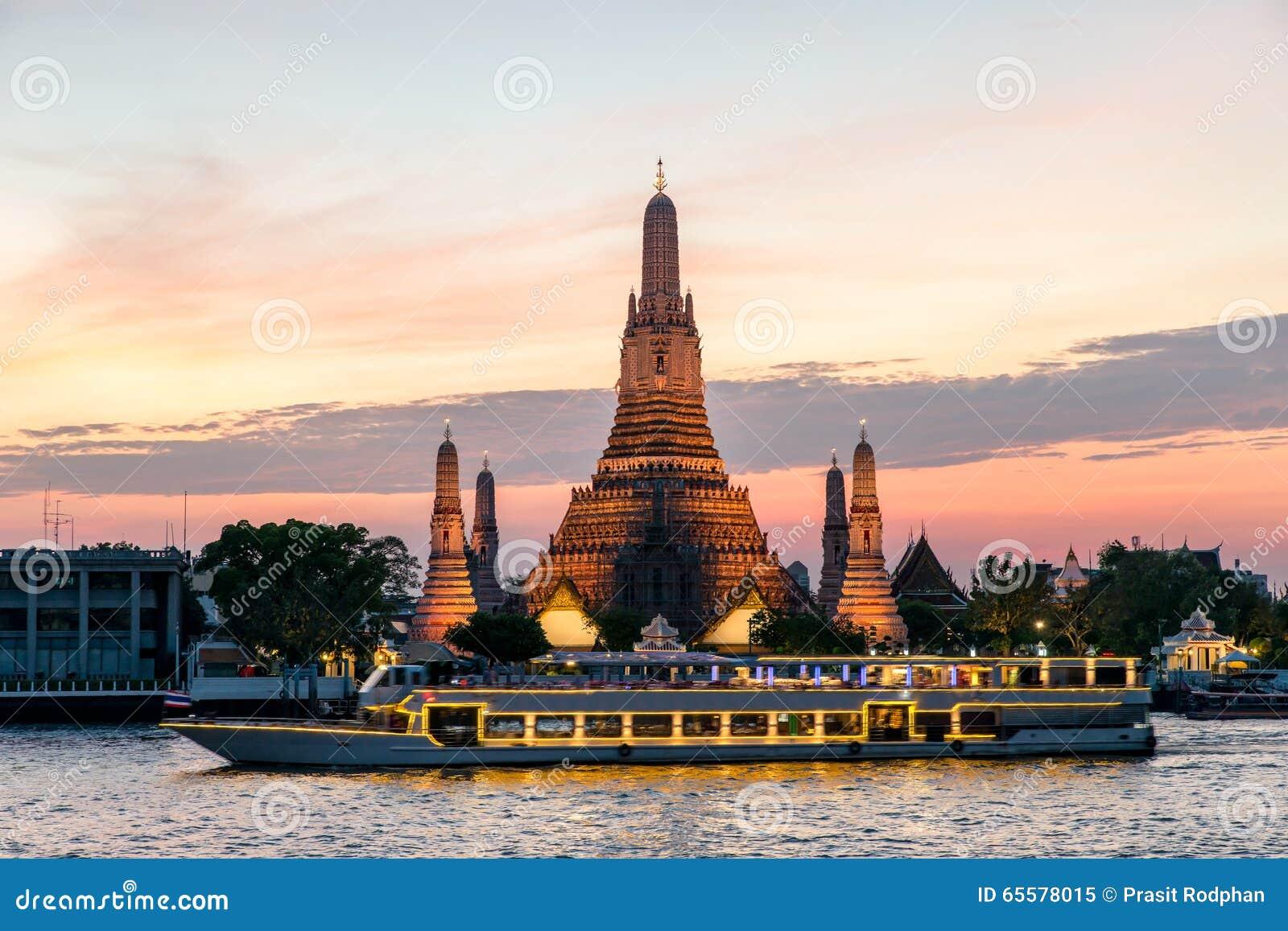 Wat Arun e navio de cruzeiros na noite, cidade de Banguecoque, Tailândia