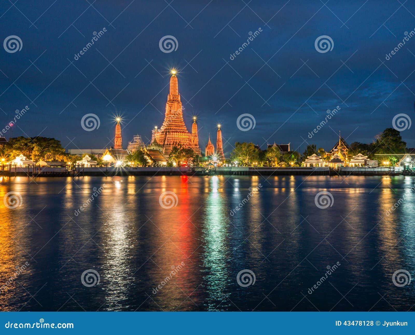 Wat Arun Reflect-Flussnachtszenenlicht