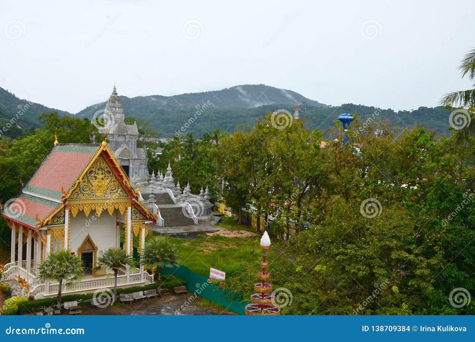 Wat Chalong Temple, Phuket, Tailândia Vista superior no pagode e nas construções do templo no fundo de montanhas verdes