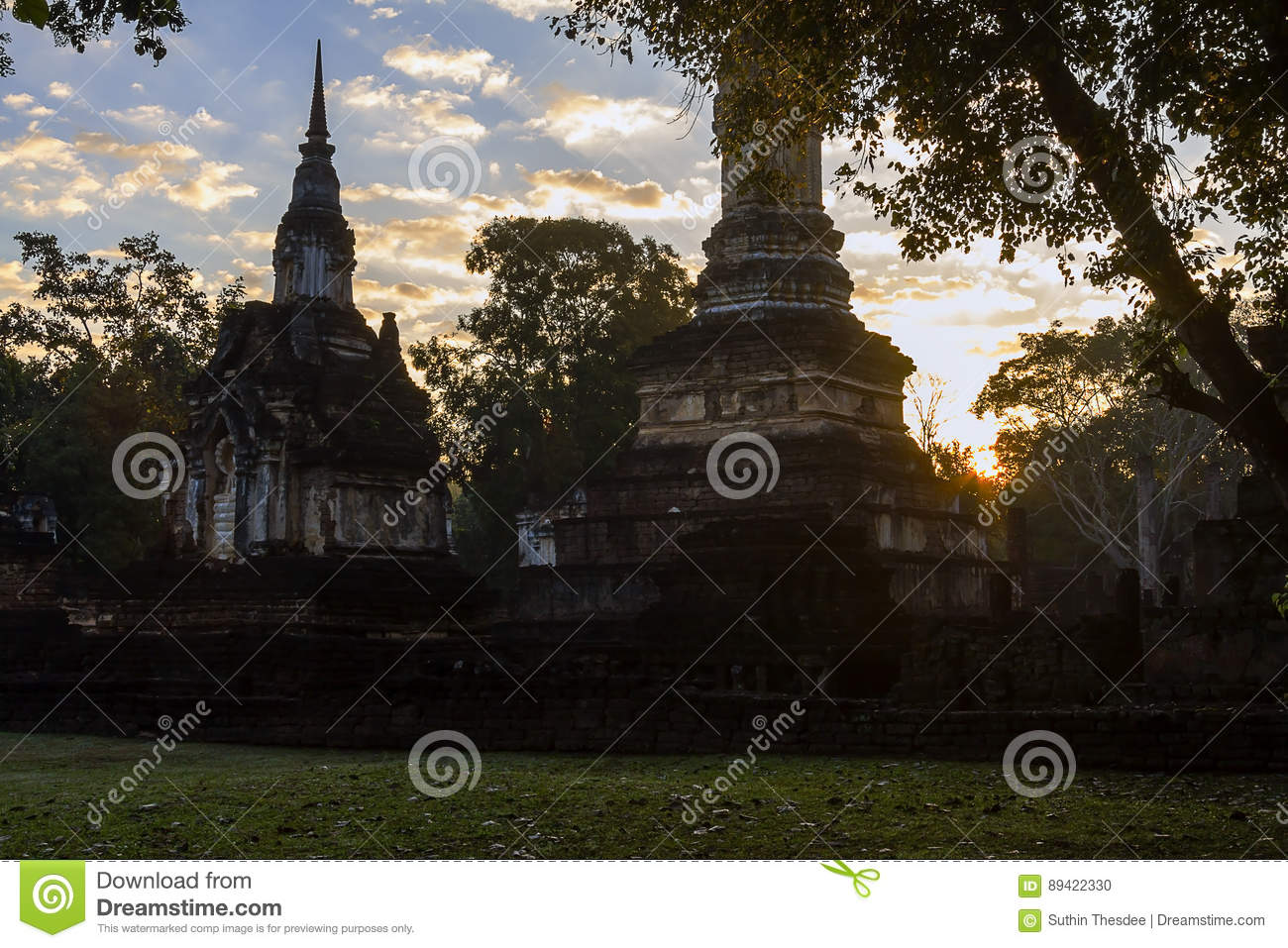 Wat Chedi Chet Thaeo e sombra que moning