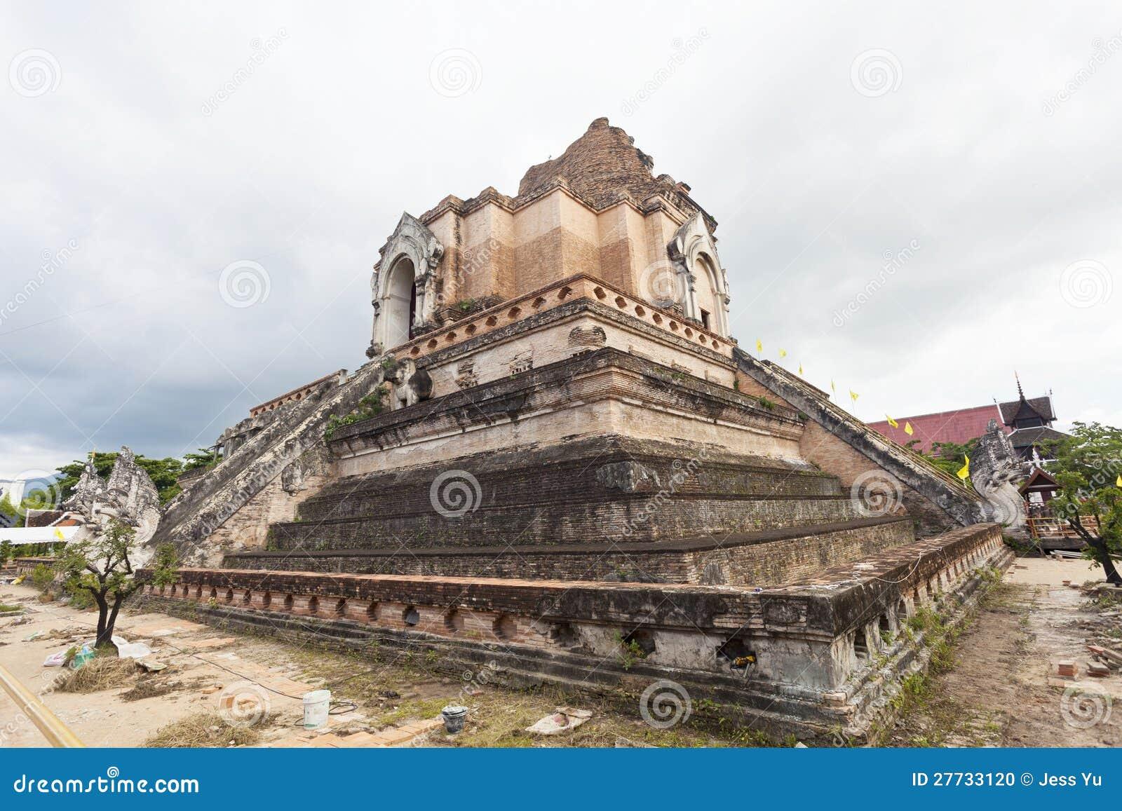Wat Chedi Luang Tempel in Chiang Mai, Thailand.