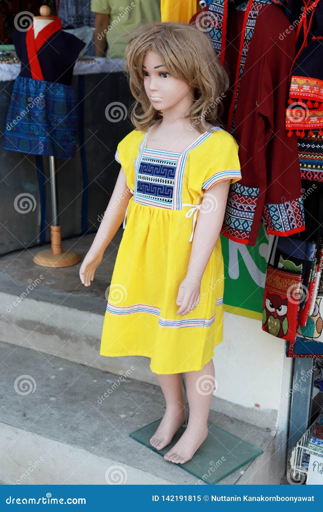 Wat Doi Kum, Muang, Changmai, Thailand tolle 20, Bekleidungsgeschäft mit 2019 Frauen Mannequin gekleidet im gebürtigen Stoff des