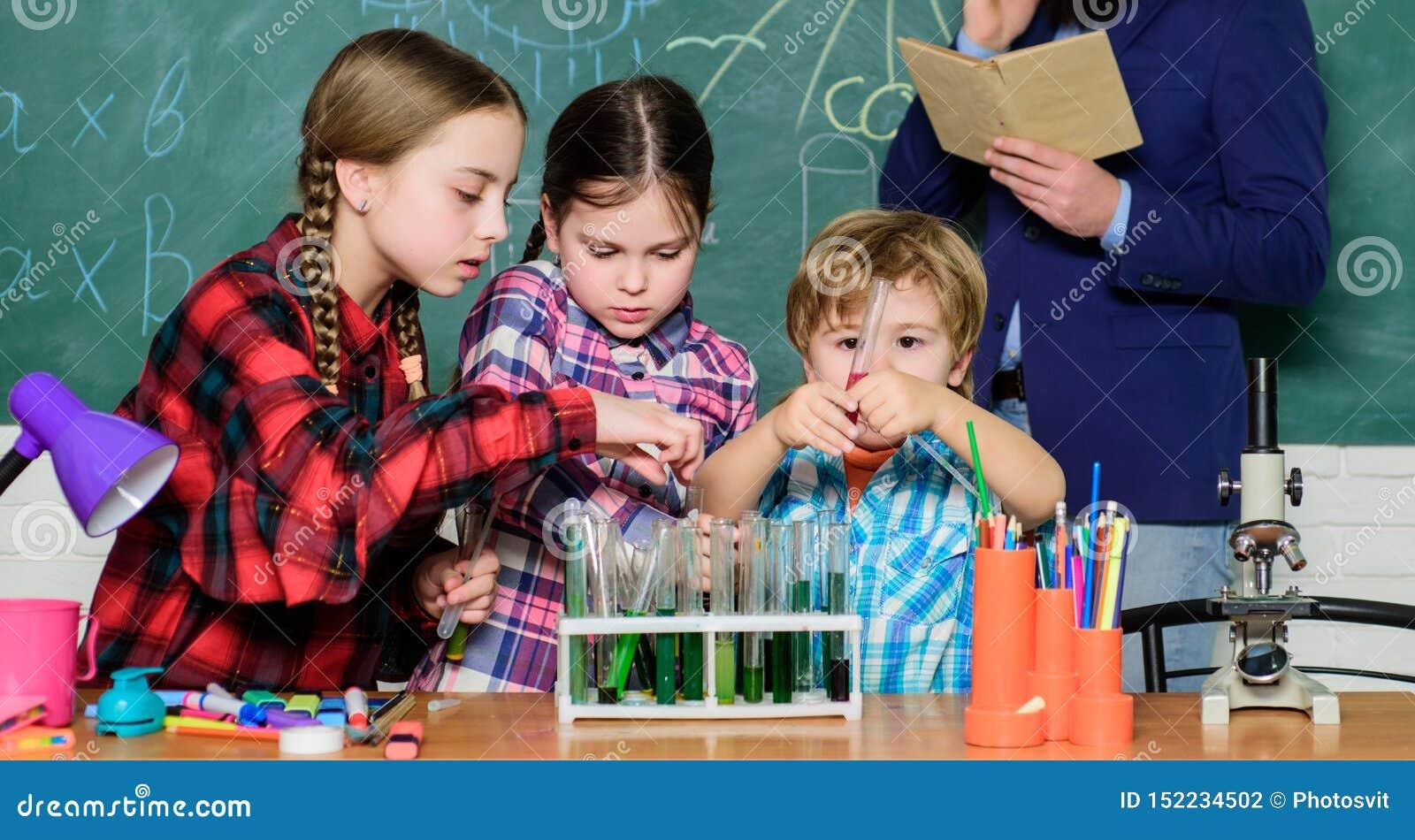 Wat een probleem schijnt te zijn jonge geitjes in laboratoriumlaag het leren chemie in schoollaboratorium Chemielaboratorium Gelu