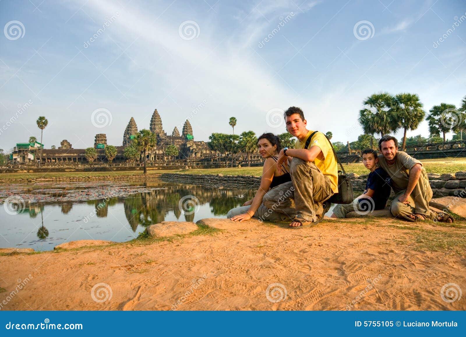 Wat för solnedgång för angkorcambodia familj besök