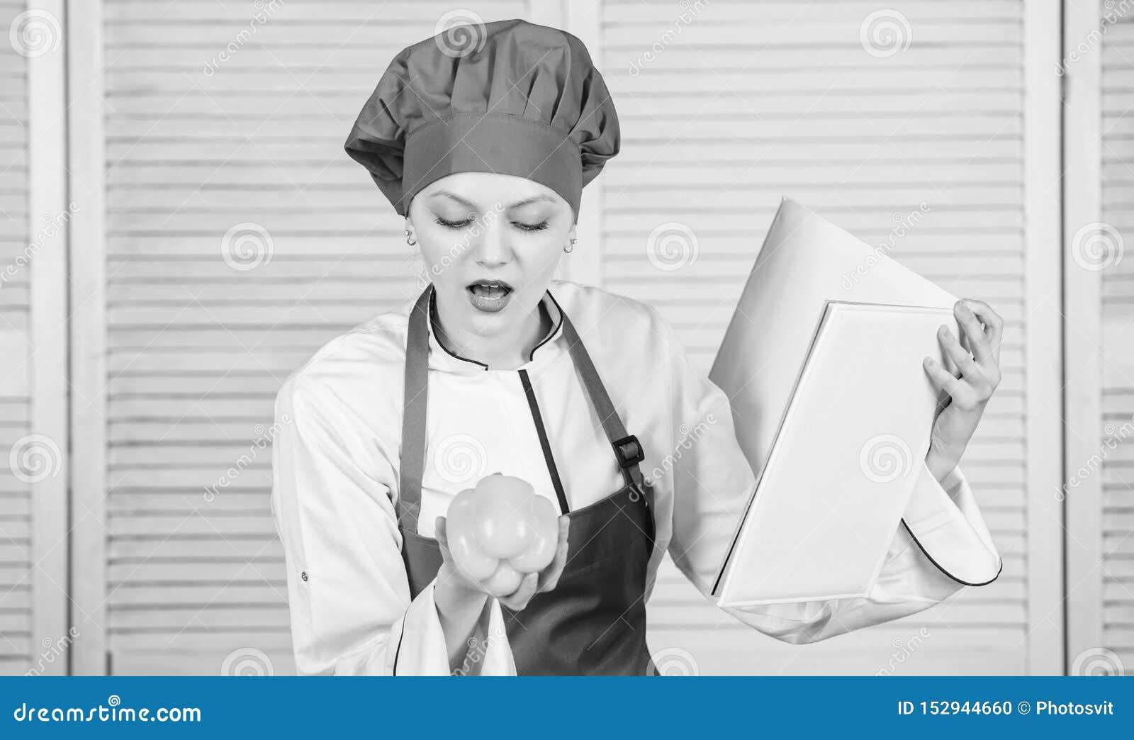 Wat met paprika te koken Professionele Chef-kok Cooking in Keuken Organisch en vegetarisch de gelukkige vrouw houdt van gezond