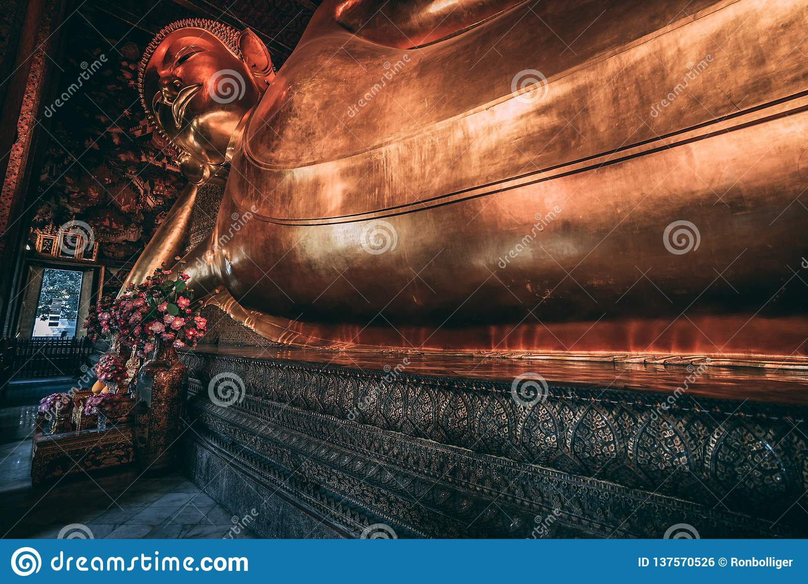 Wat Pho Buddha i den storslagna slotten Liggande Buddha i Bangkok Jätte- skulptur i slotten
