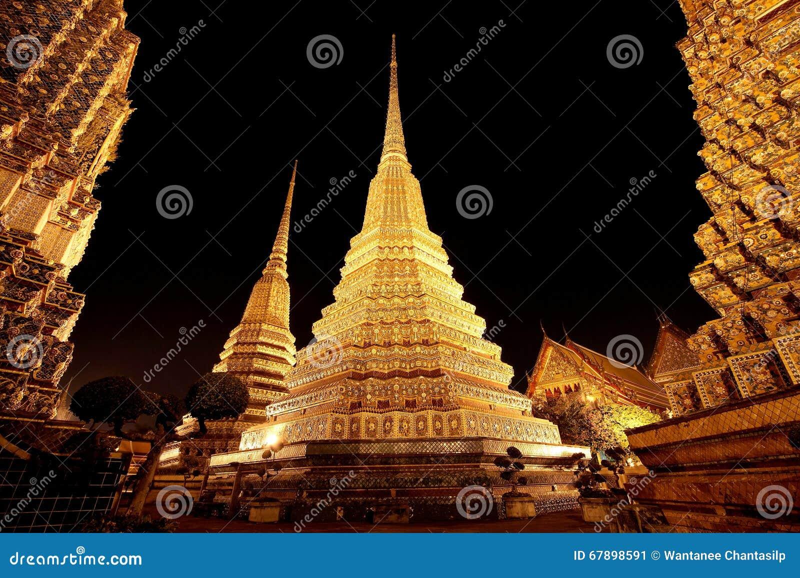 Wat Pho 4 stupas在晚上