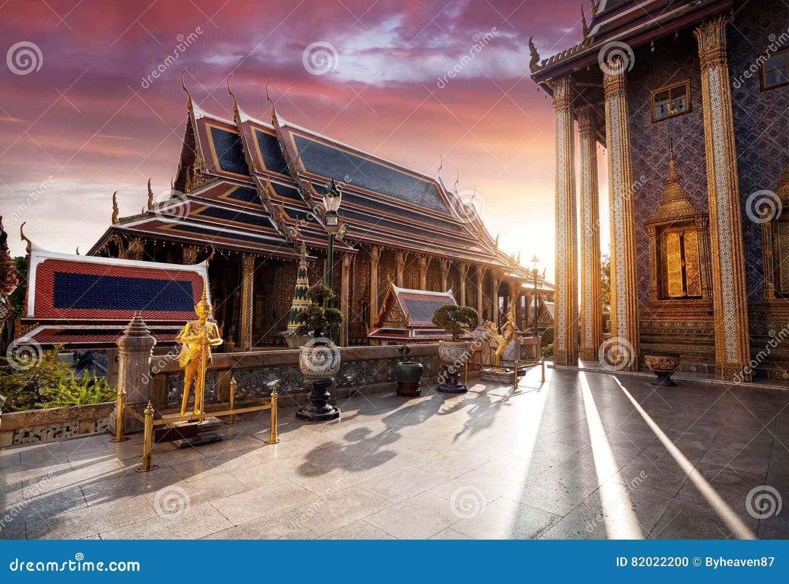 Wat Phra Kaew в Бангкоке на заходе солнца