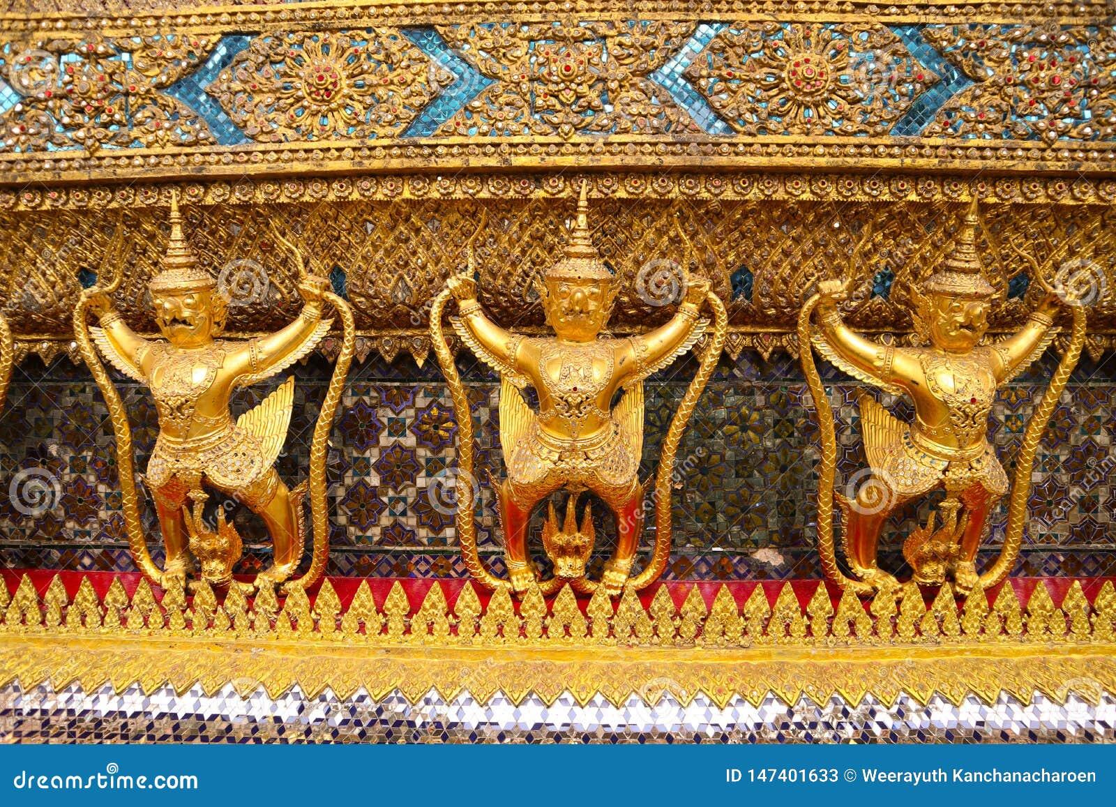 Wat Phra Kaew, généralement connu en anglais comme temple d Emerald Buddha ou du palais grand est considéré comme le Buddhi le pl