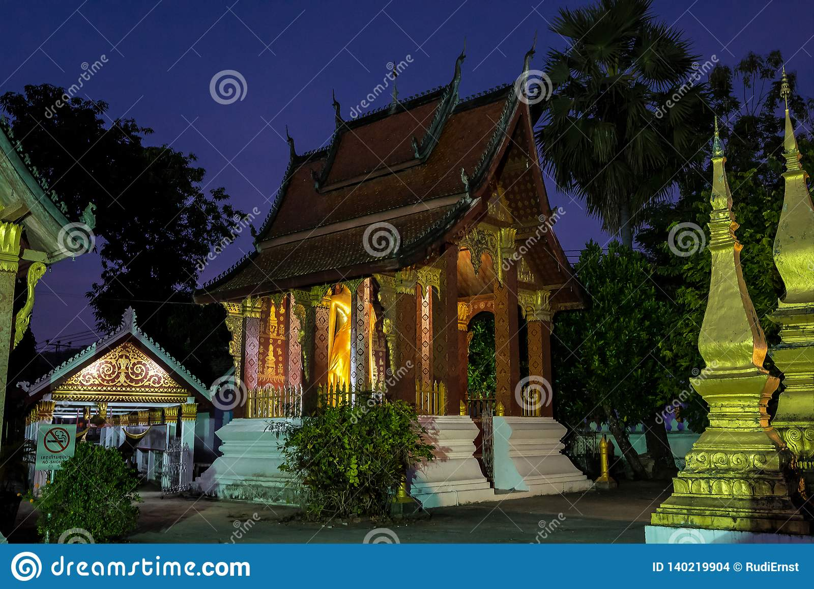 Wat Sensoukharam в Luang Prabang вечером в Лаосе