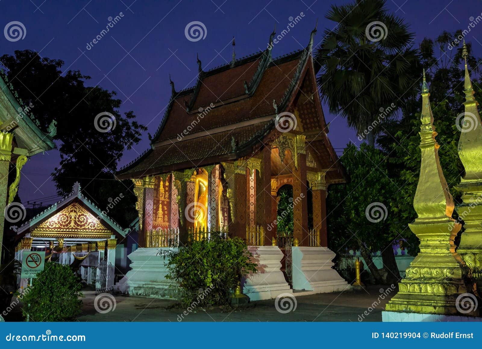 Wat Sensoukharam w Luang Prabang przy nocą w Laos