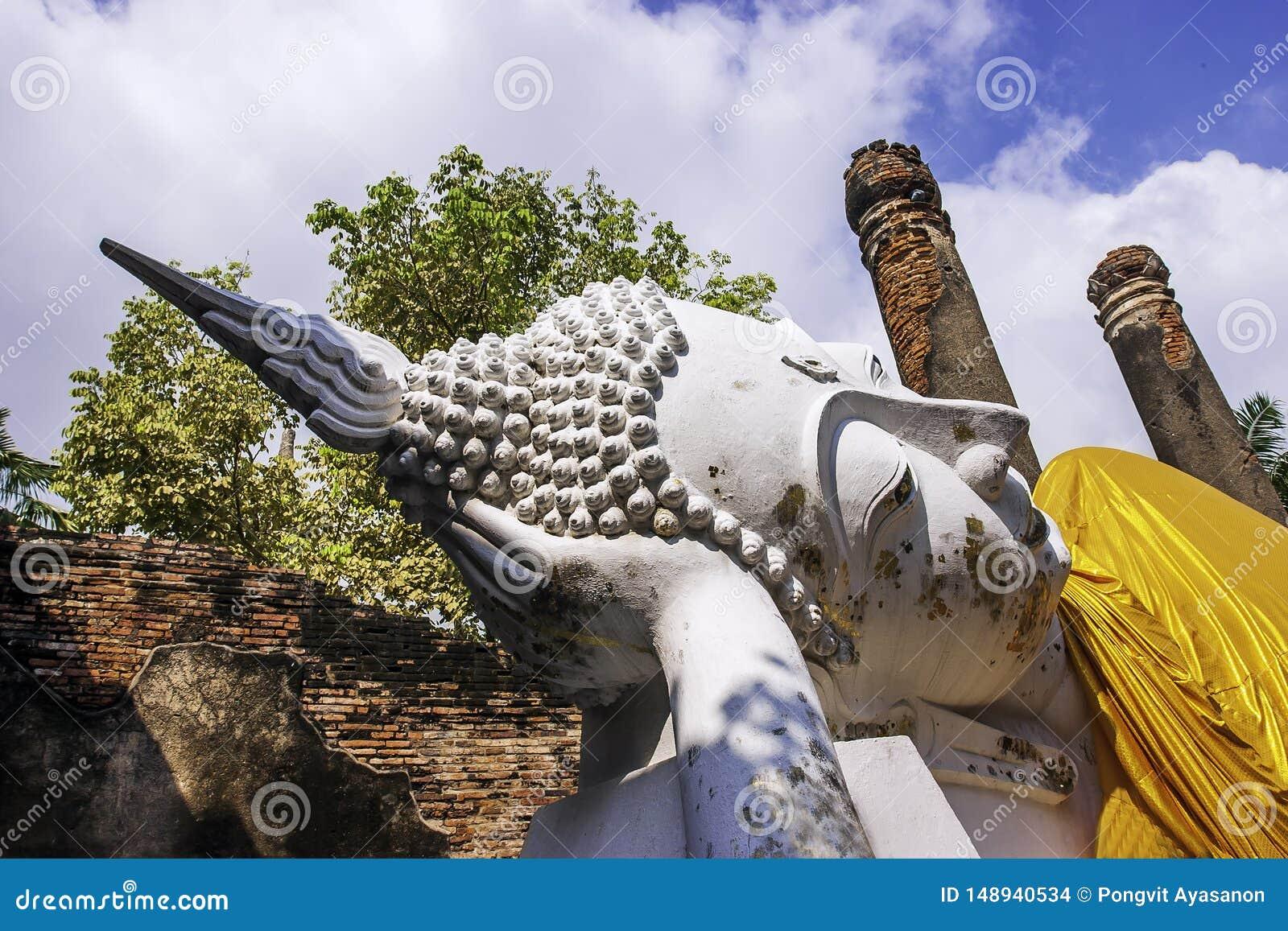 Wat Yai Chai Mongkhon Temple i Phra Nakhon si historiska Ayutthaya parkerar med en vit Buddhastaty som t?ckas med en gul ?mbetsdr