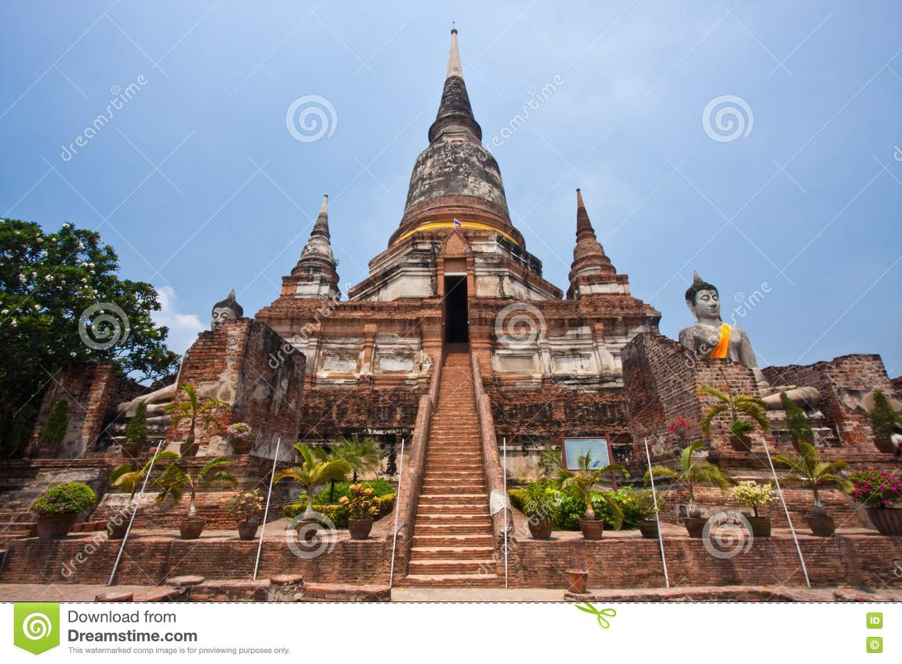 Wat Yai Chai Mongkol Stock Photo - Image: 14101540