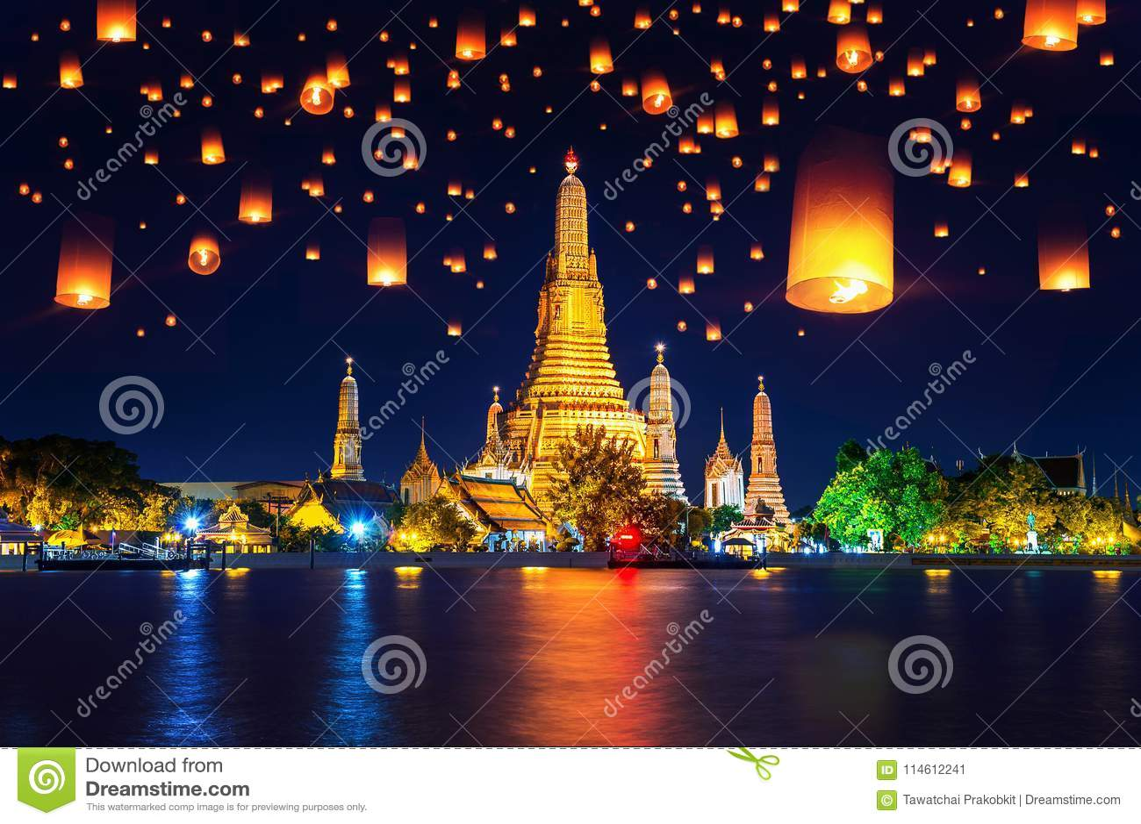 Wata Arun świątynia i Spławowy lampion w Bangkok, Tajlandia