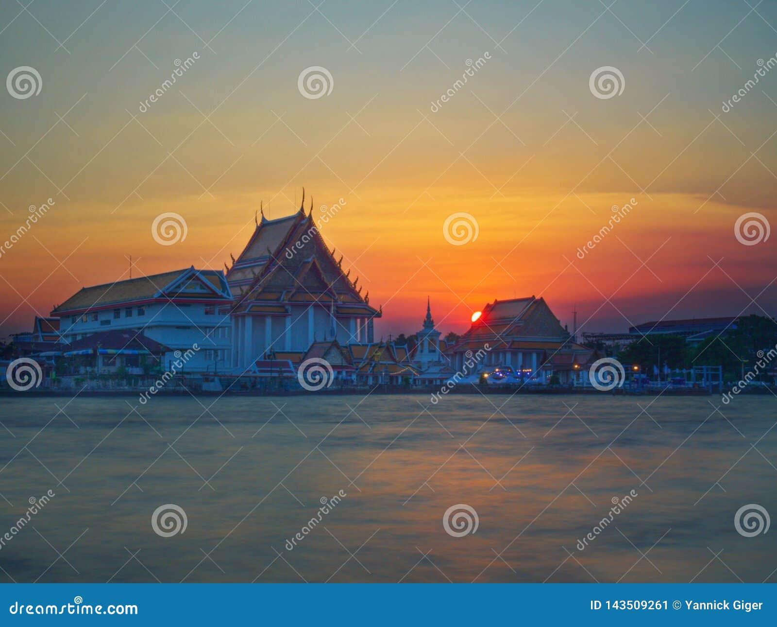Wata Molilokkayaram świątynia przy zmierzchem w Bangkok Tajlandia