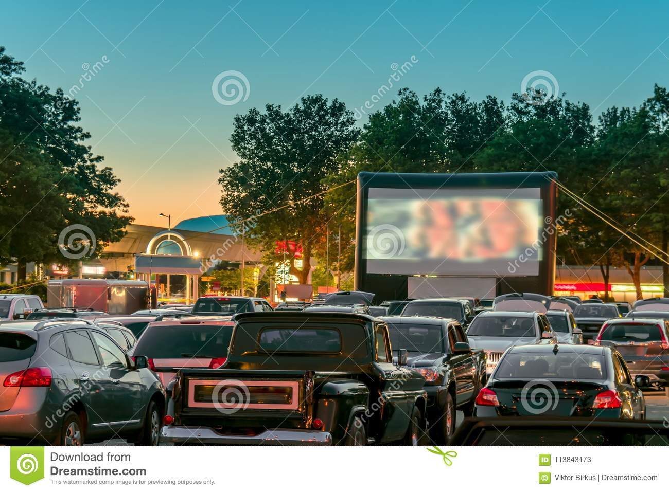 Watching Movies Outdoors From The Car In The City Parking Lot Stock Image Image Of Light Family 113843173