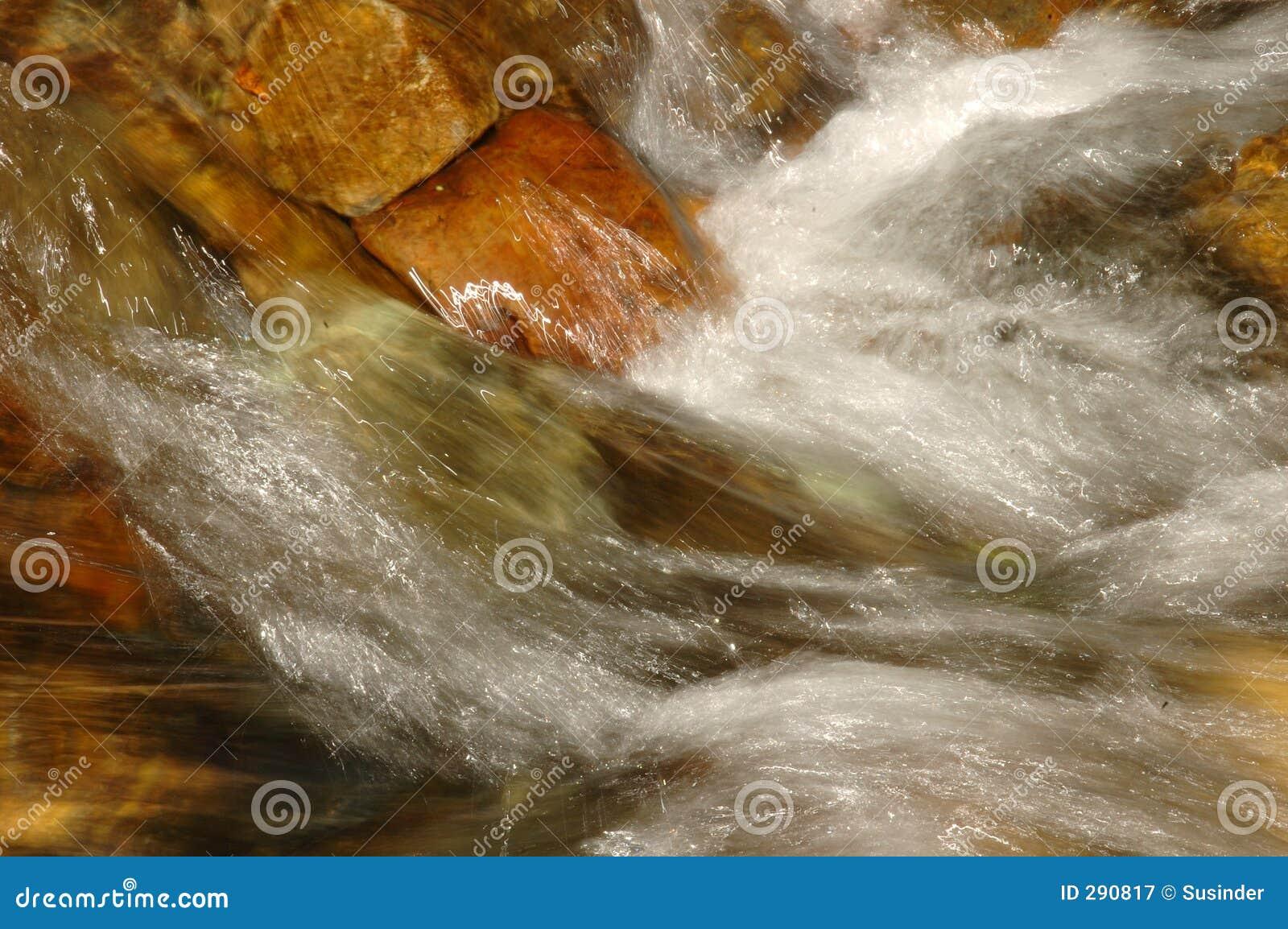 Water dat over Rotsen drapeert