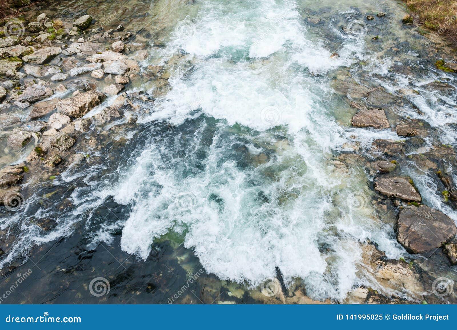 Water die op rotsen stromen
