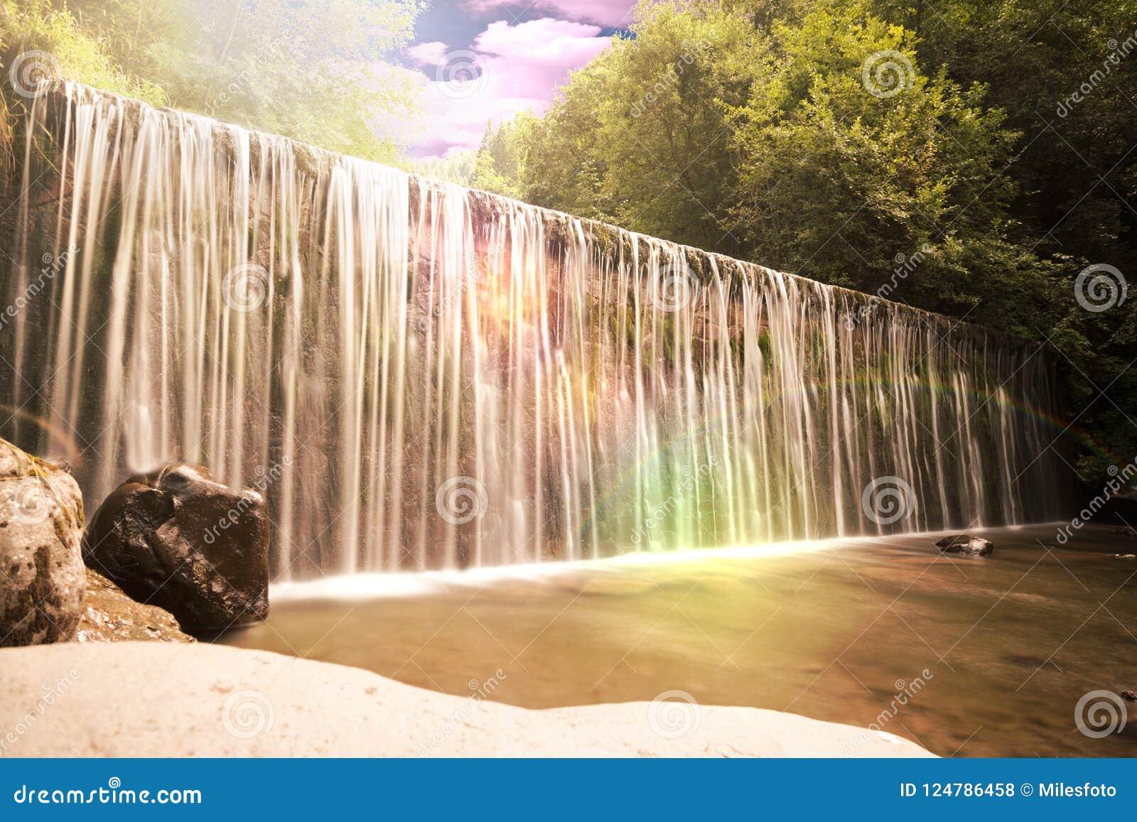 Water die over een richel of dammuur stromen