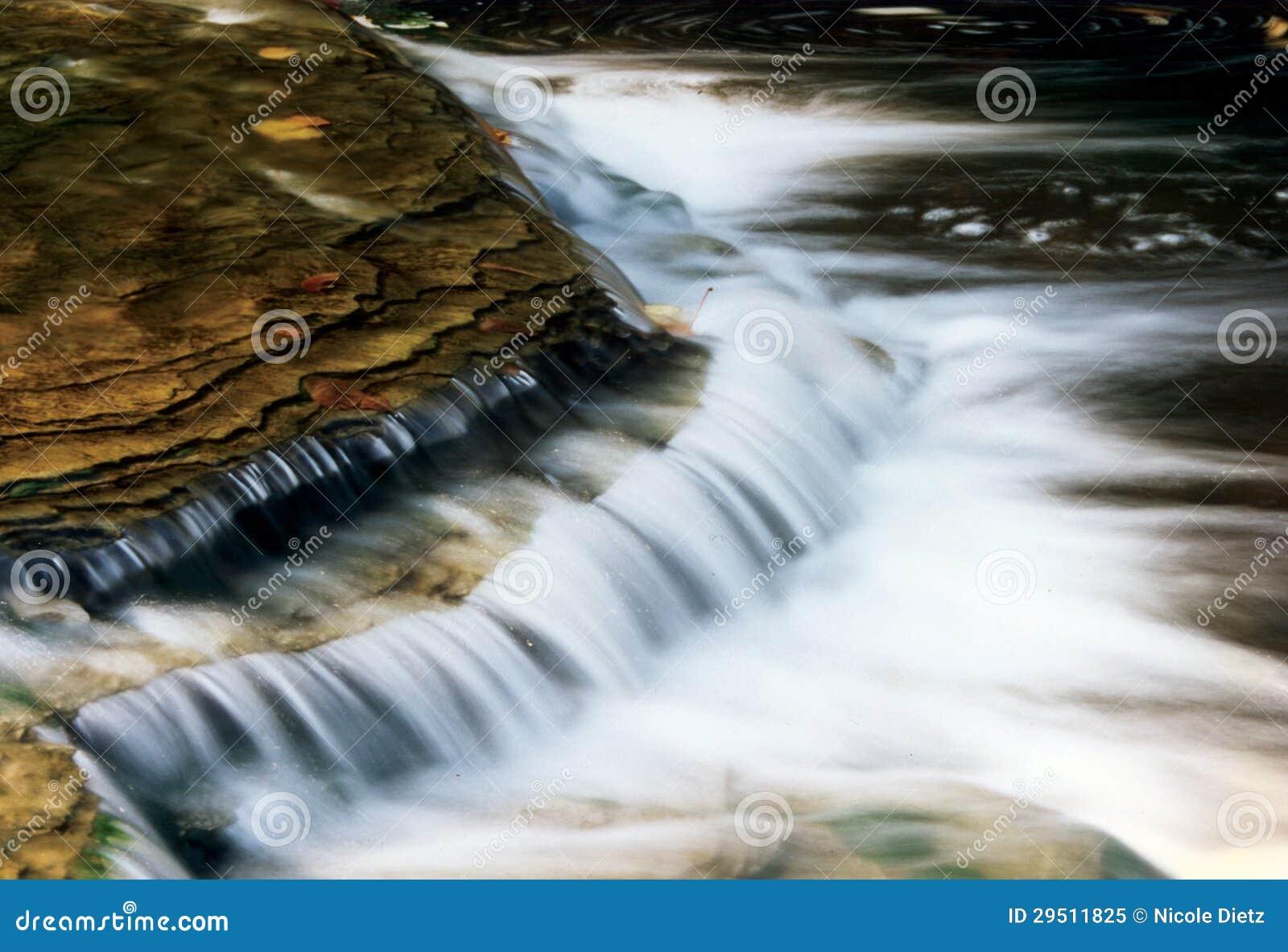 Water die over Rotsen meeslepen