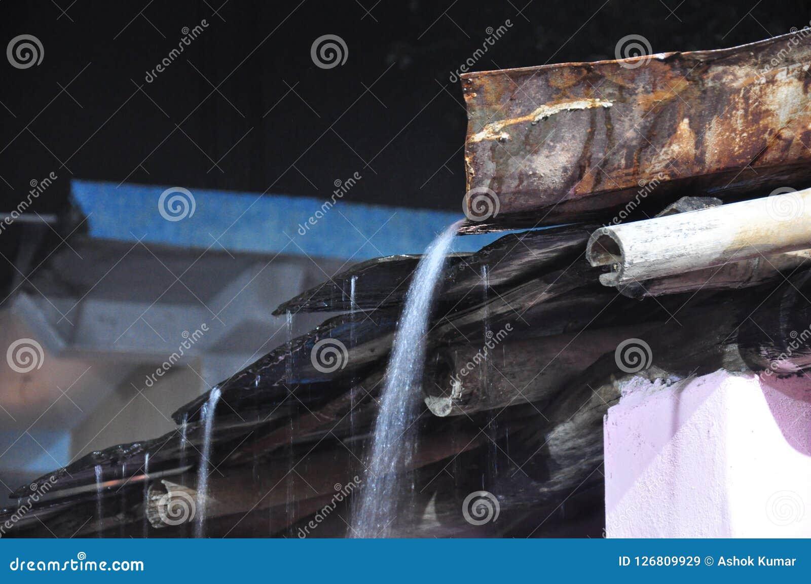 Water die van schoorsteen stromen