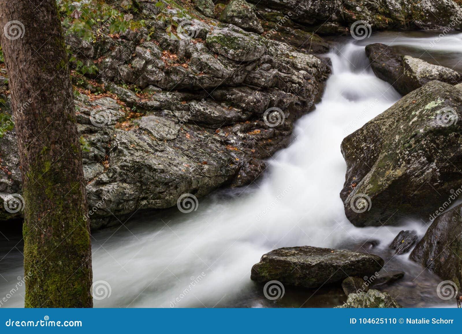 Download Water Die Vlug Een Smalle Gang Voobijsnellen Tussen Rotsen Stock Foto - Afbeelding bestaande uit tussen, daling: 104625110