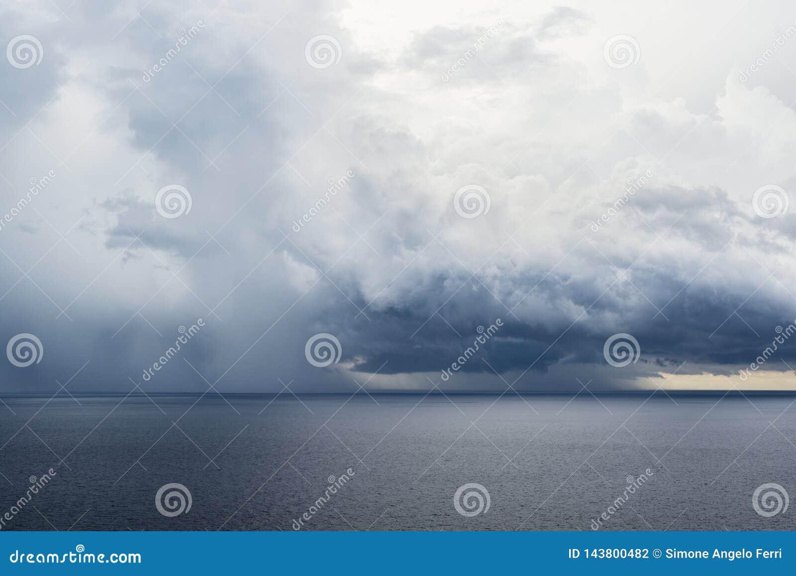 Water donker onweer op het vlakke overzees