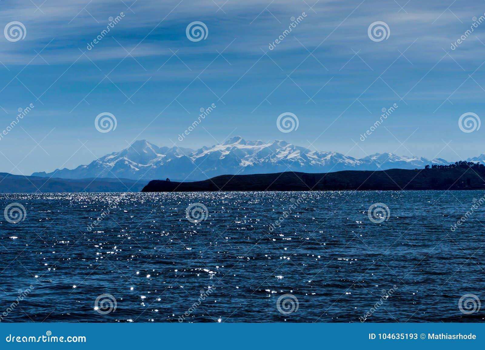 Download Water En Sneeuw Afgedekte Bergen In Achtergrondmeer Titicaca Stock Afbeelding - Afbeelding bestaande uit avontuur, inham: 104635193