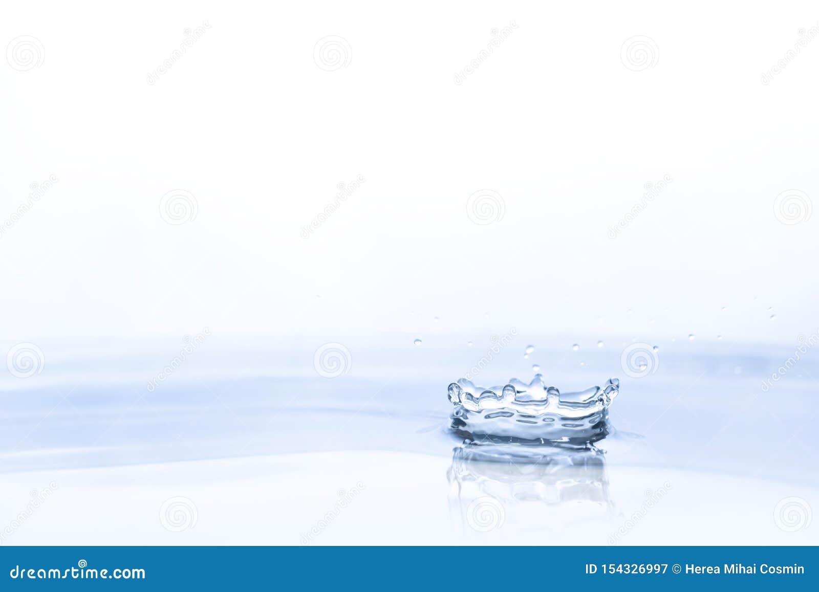 Waterdaling op waterachtergrond