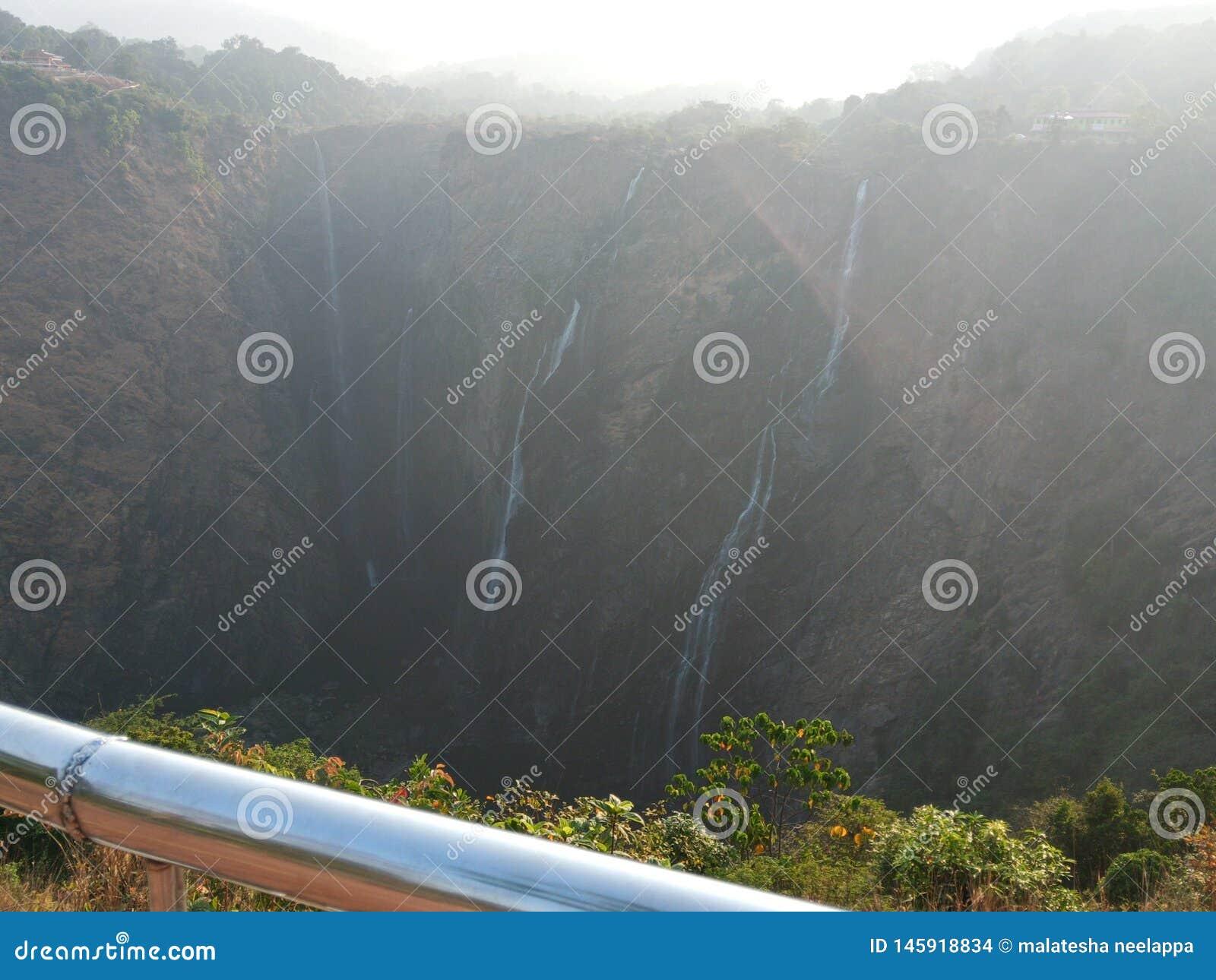 Waterdalingen van hoogte Schaarste van water toe te schrijven aan schaarse regen