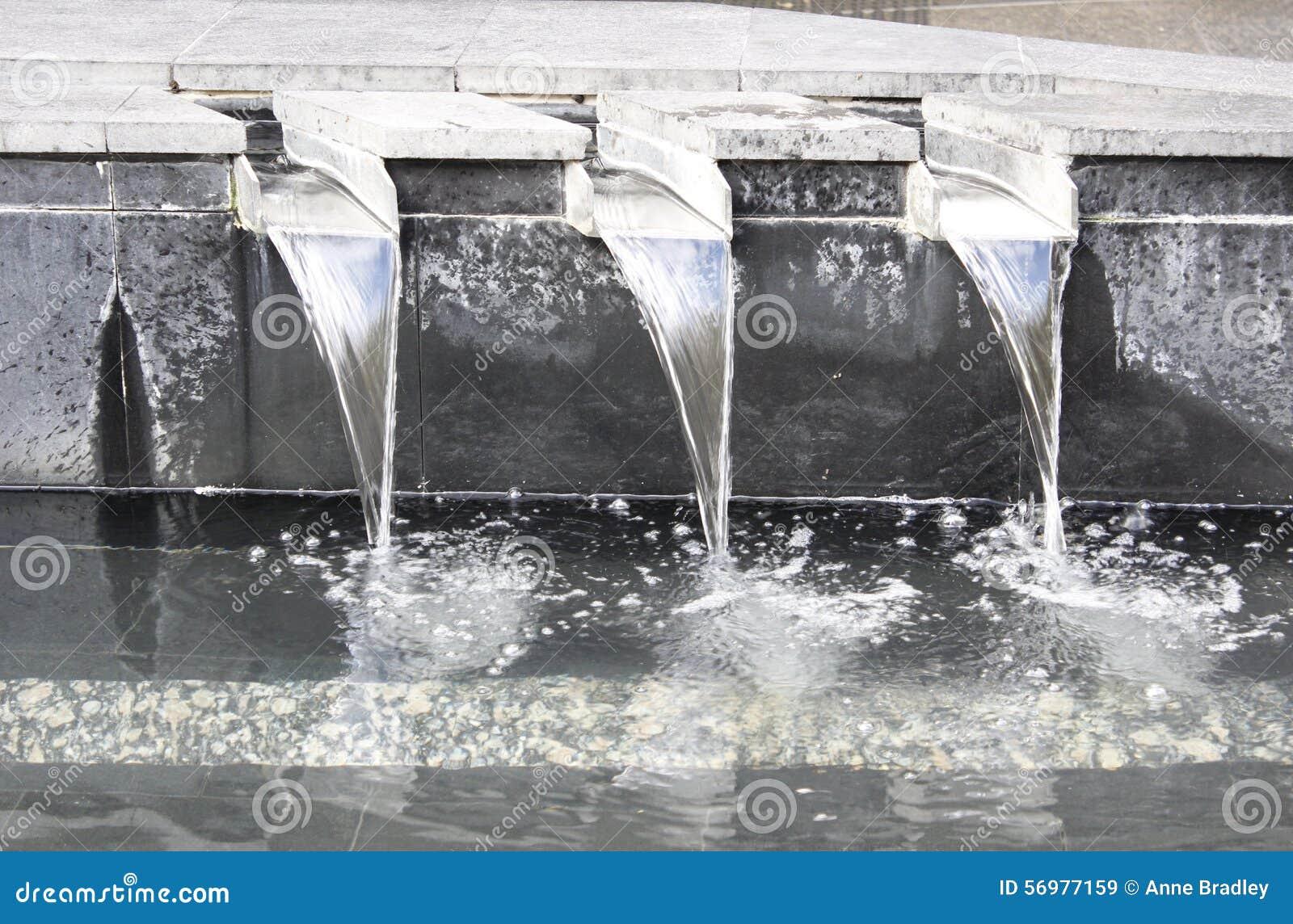 Waterfontein met concrete betonmolens en roestvrij staalkanalen