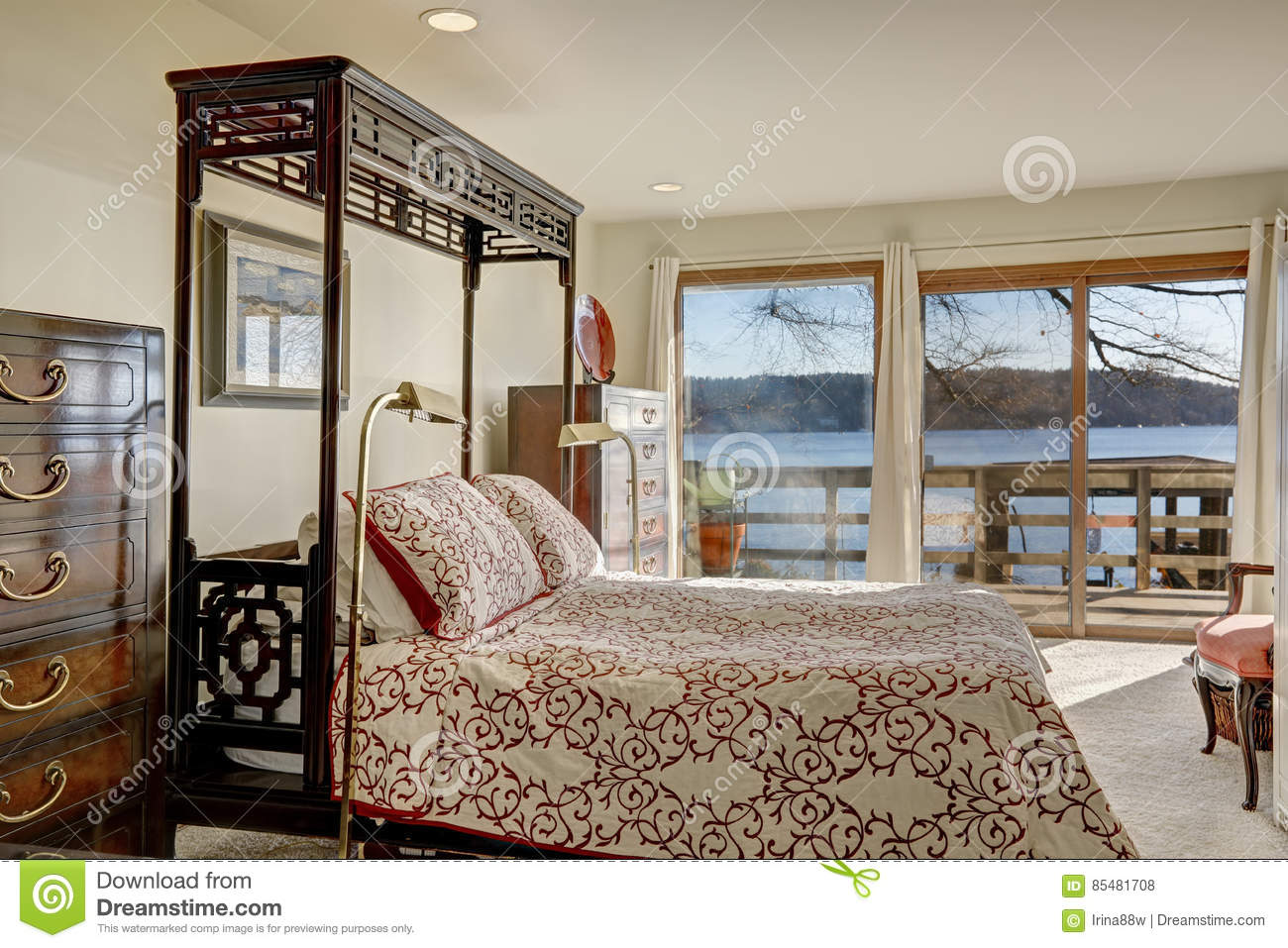 Picture of: Waterfront Home Bedroom Boasts King Size Canopy Bed Stock Photo Image Of Northwest Floor 85481708