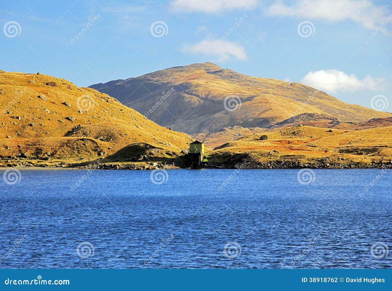 Waterhouse y Carnedd y Cribau a través de Llyn Llydaw