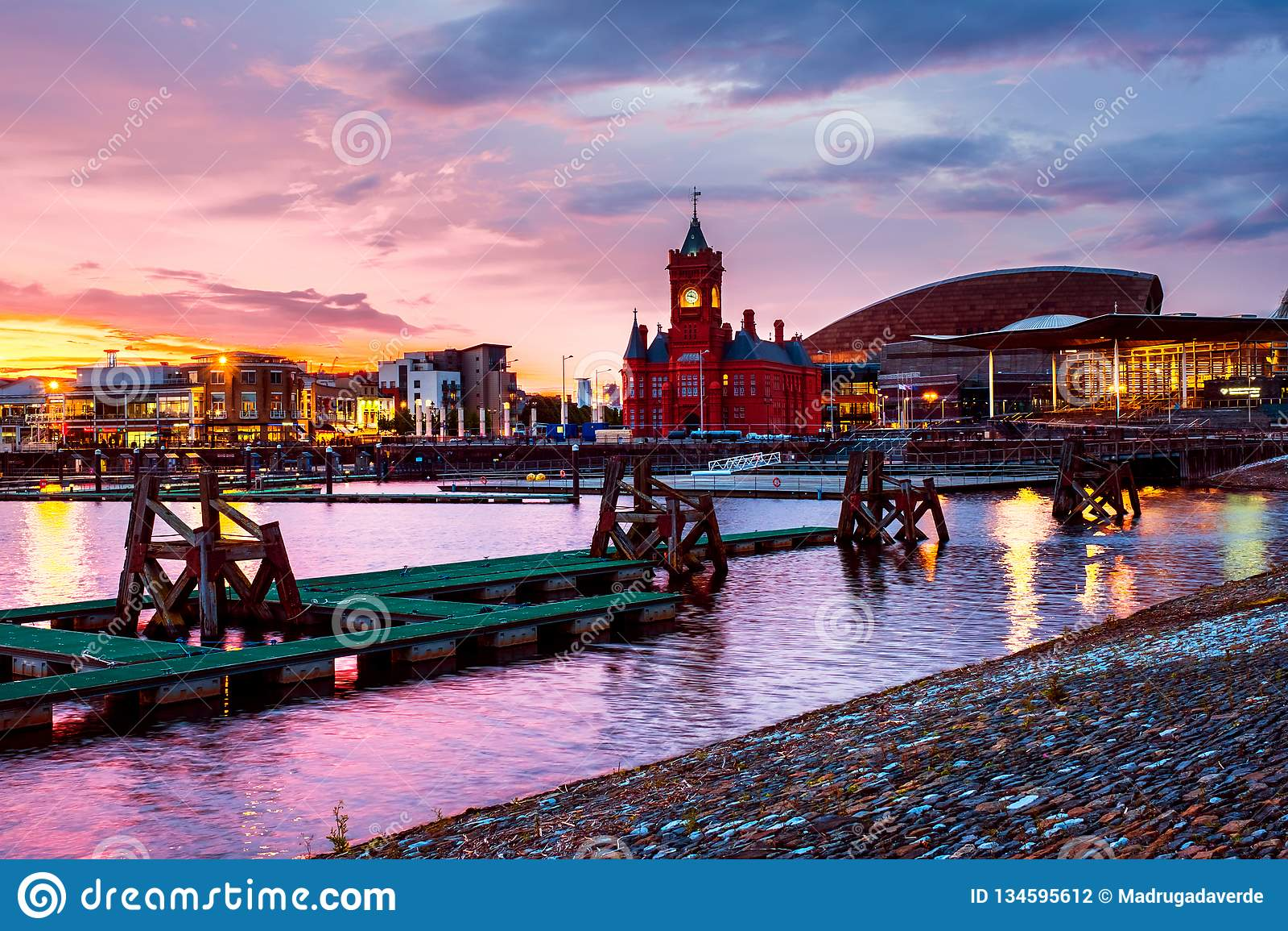 Waterkant bij nacht in Cardiff, het UK Zonsondergang kleurrijke hemel met het Millenniumcentrum van Wales