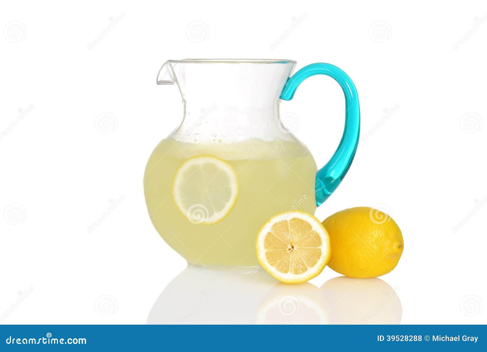 Waterkruik limonade met verse citroenen
