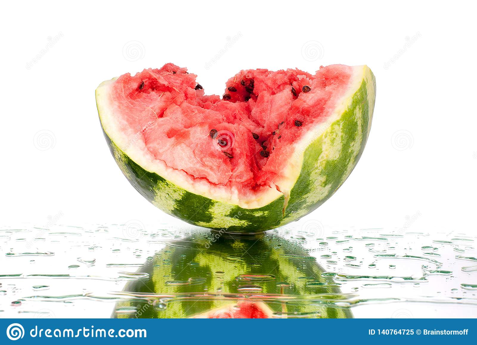 Watermeloen half stuk met barsten en waterdalingen op witte spiegelachtergrond met dicht omhoog geïsoleerde bezinning