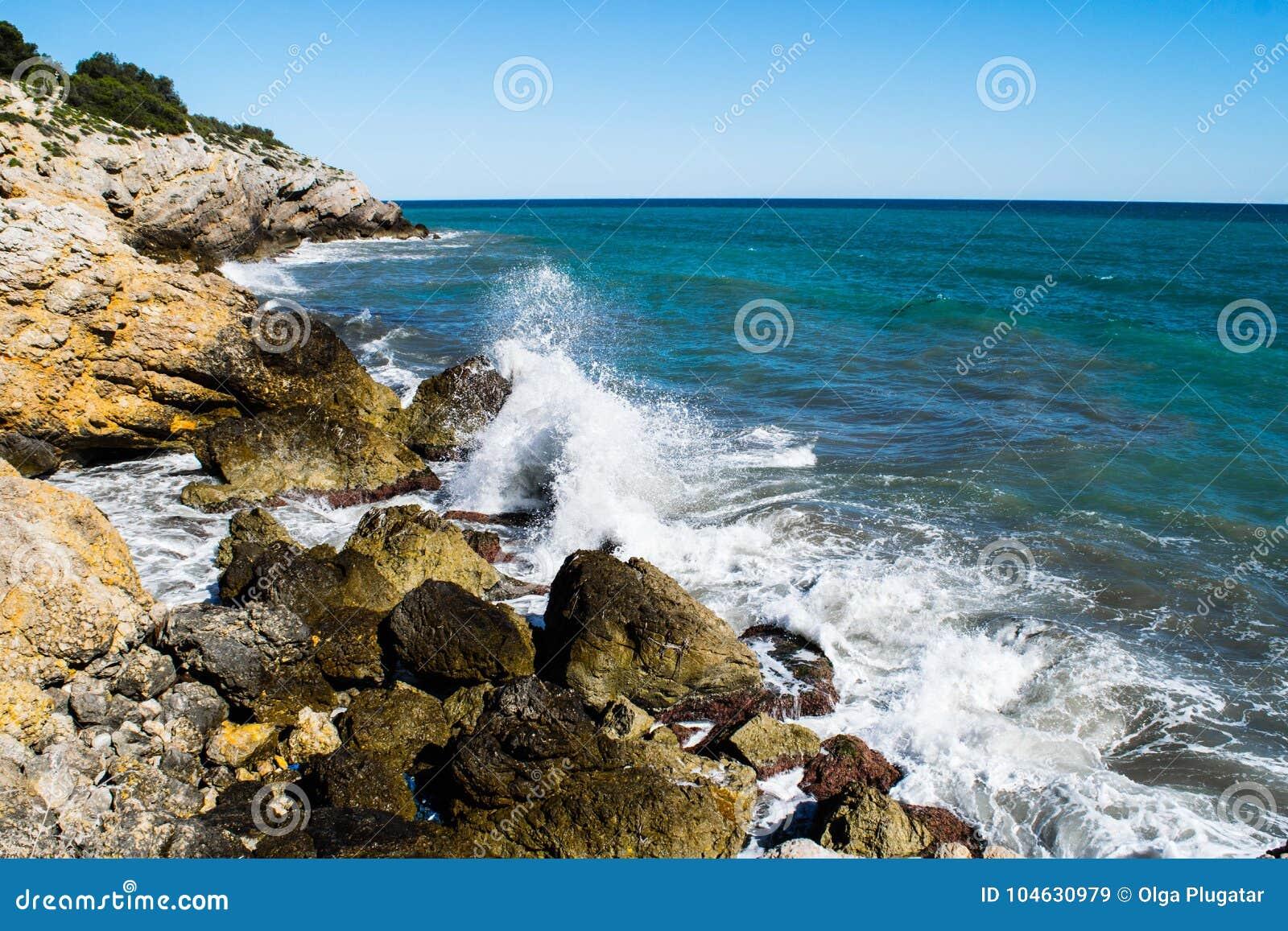 Download Waterplons Op Rocky Coastline Stock Afbeelding - Afbeelding bestaande uit seashore, overzees: 104630979