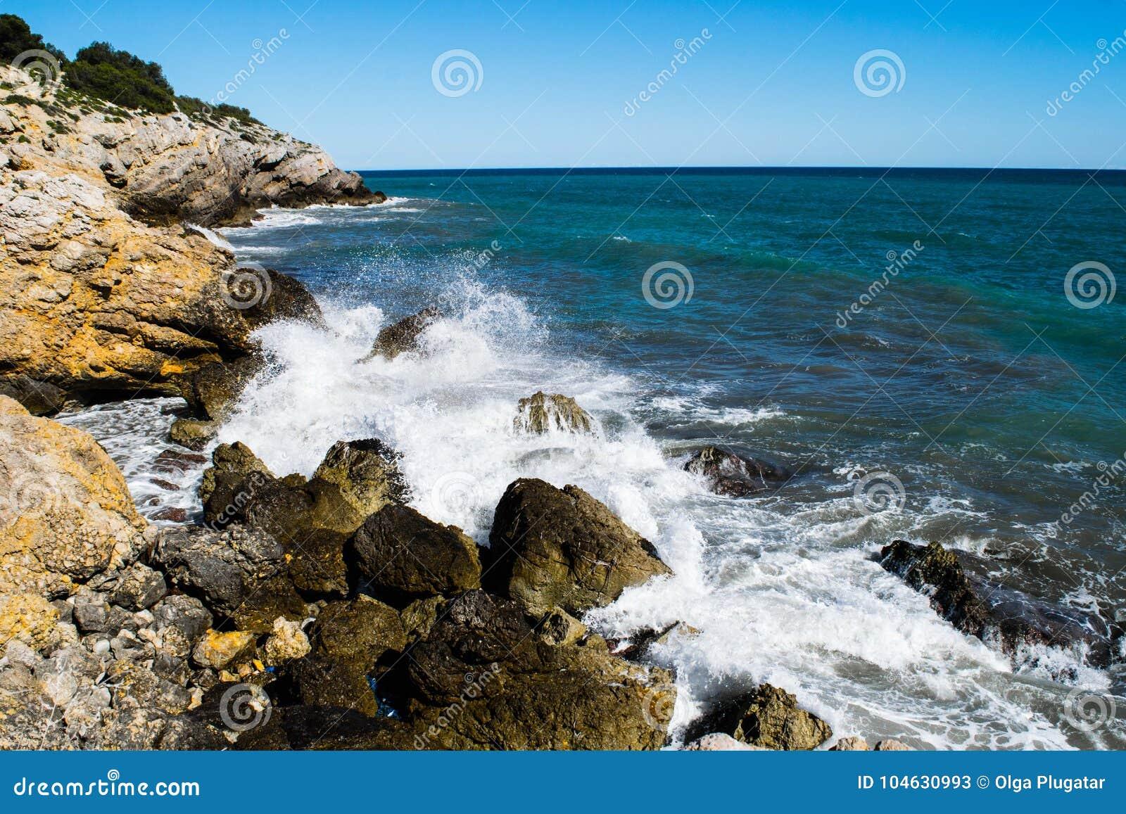 Download Waterplons Op Rocky Coastline Stock Afbeelding - Afbeelding bestaande uit nave, landschap: 104630993