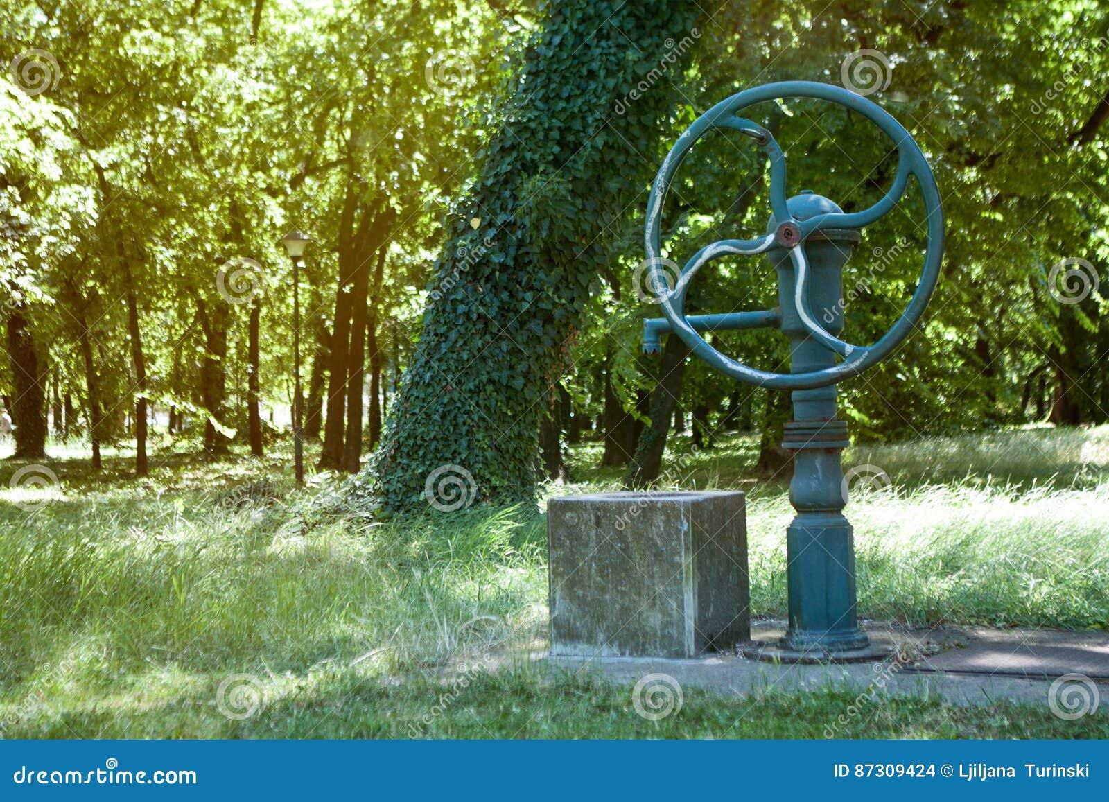Verrassend Waterput En Pomp Voor Water Stock Foto - Afbeelding bestaande uit AD-04